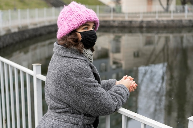 Vrouw met medisch masker in de stad