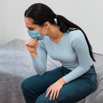 Vrouw met medisch masker wachten