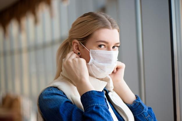 Vrouw met medische gezichtsmasker
