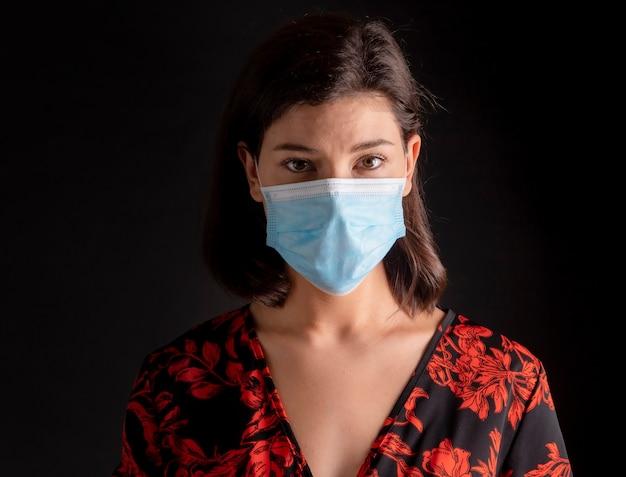 Vrouw met medische masker sociale afstand