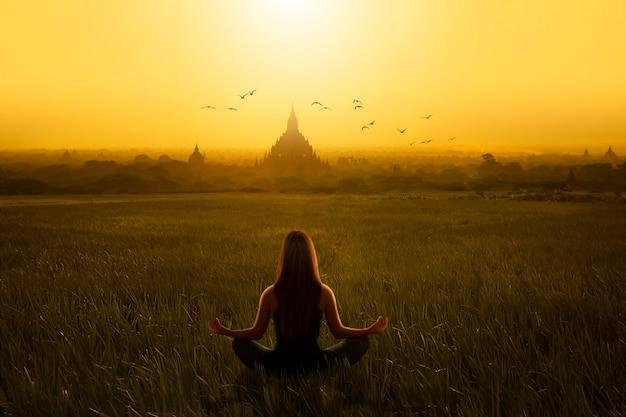 Vrouw met meditatie yoga pose