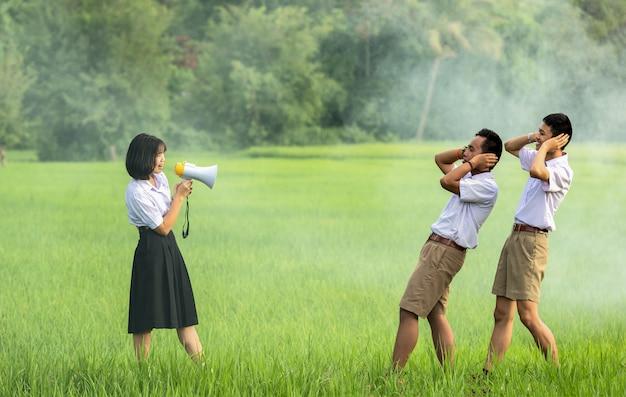 Vrouw met megafoon aan onverschillige mens