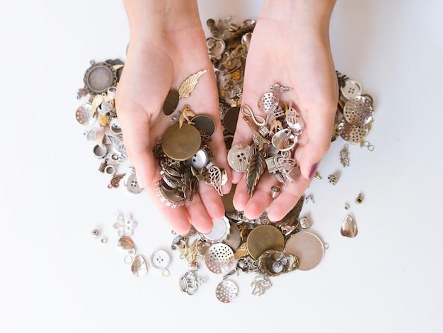 Vrouw met metalen accessoires