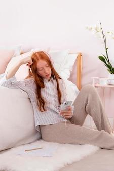 Vrouw met mobiel werken vanuit huis