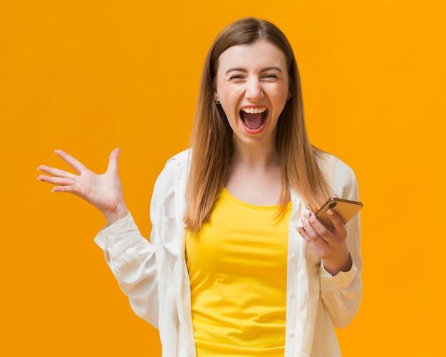 Vrouw met mobiele gelukkig