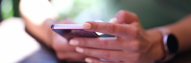 Vrouw met moderne smartphone in handen. mobiele telefoon apps concept