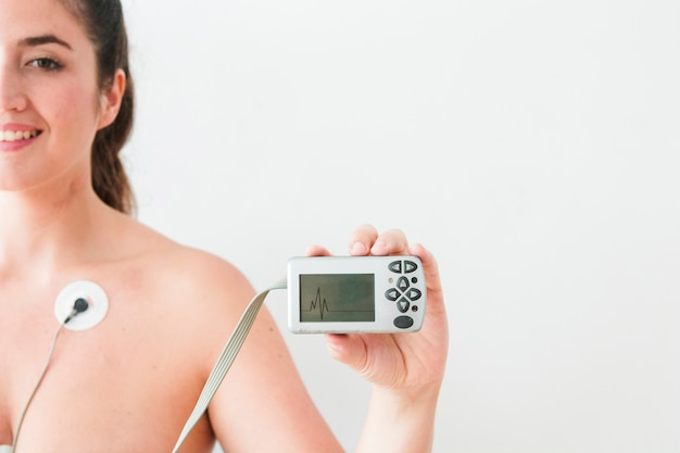 Vrouw met monitor met cardiogram