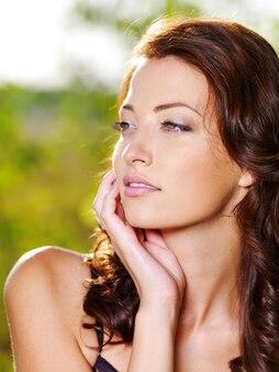 Vrouw met mooi fris gezicht poseren buitenshuis