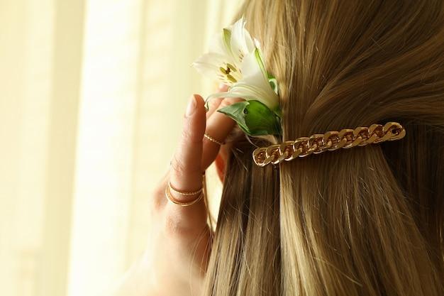 Vrouw met mooie haarclip en jewelries, close-up