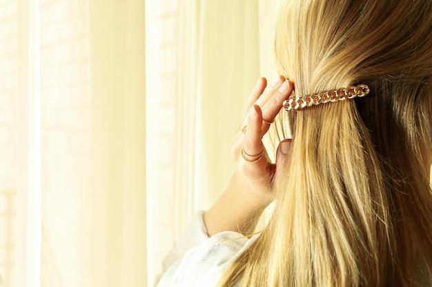 Vrouw met mooie haarclip en jewelries, ruimte voor tekst