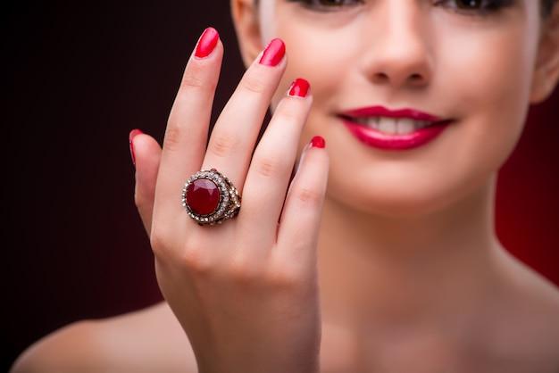 Vrouw met mooie ring in schoonheid concept