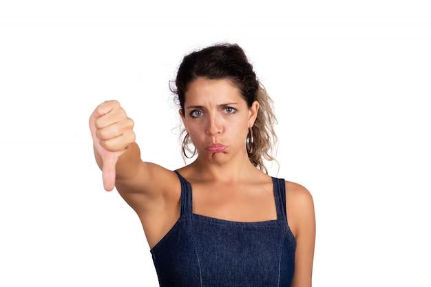 Vrouw met negatieve uitdrukking en vingers naar beneden.