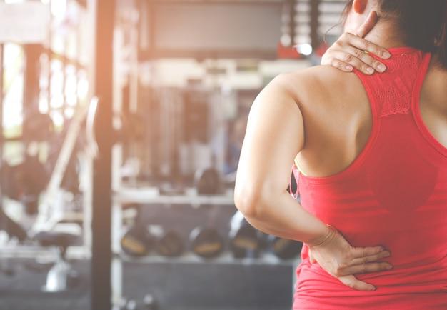 Vrouw met nekpijn, massage van vrouwelijk lichaam.