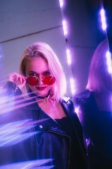 Vrouw met neonlichten op straat