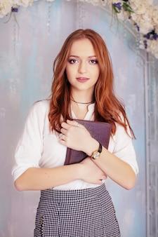 Vrouw met notitieboekje.