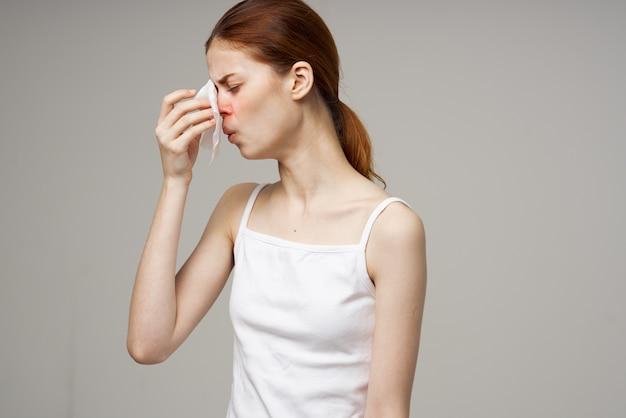 Vrouw met ontevreden gezichtsuitdrukking griep loopneus gezondheidsproblemen griep