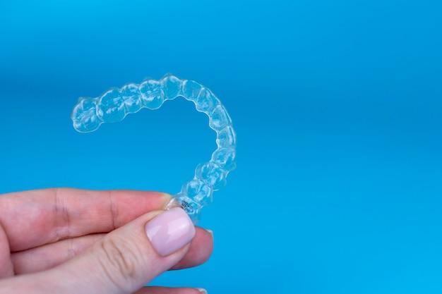 Vrouw met onzichtbare transparante aligners invisalign of plastic orthodontische beugels