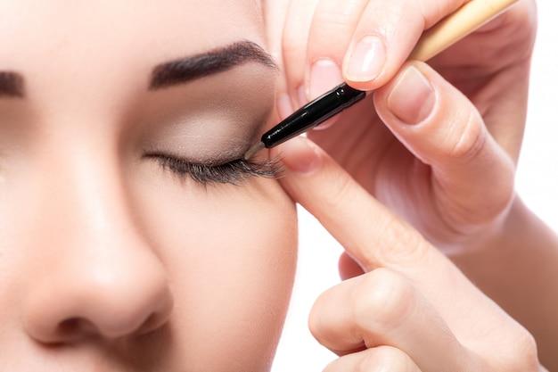 Vrouw met oogschaduwborstel