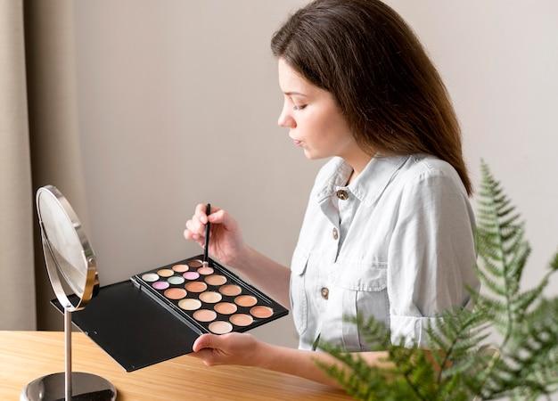 Vrouw met oogschaduwpalet