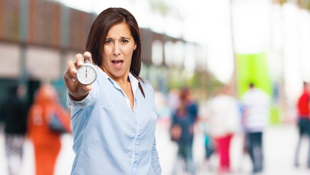 Vrouw met open mond en een klok