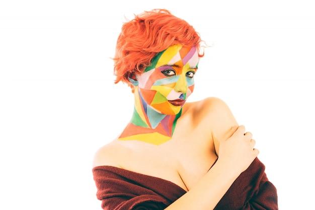 Vrouw met oranje haar en kunst make-up. geïsoleerd