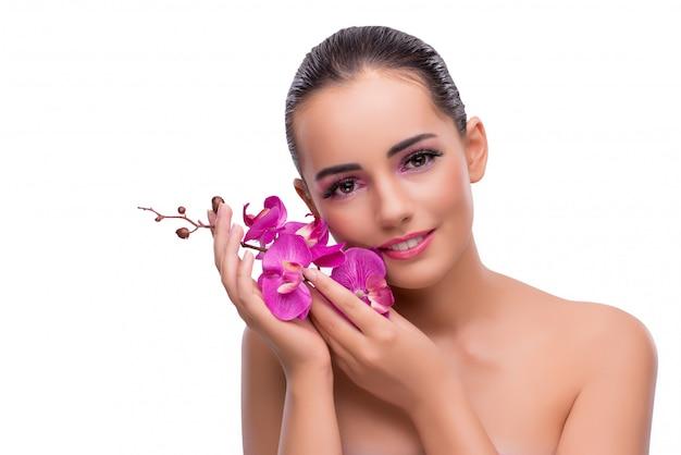 Vrouw met orchideebloem op wit wordt geïsoleerd dat