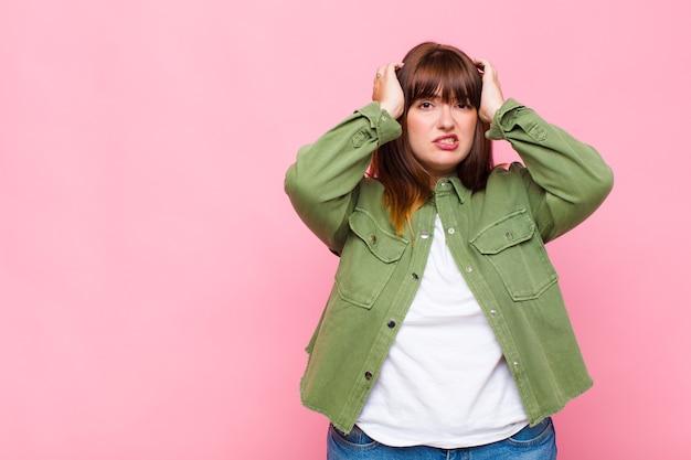 Vrouw met overgewicht die zich gefrustreerd en geïrriteerd voelt, ziek en moe is van mislukking, beu is met saaie, saaie taken