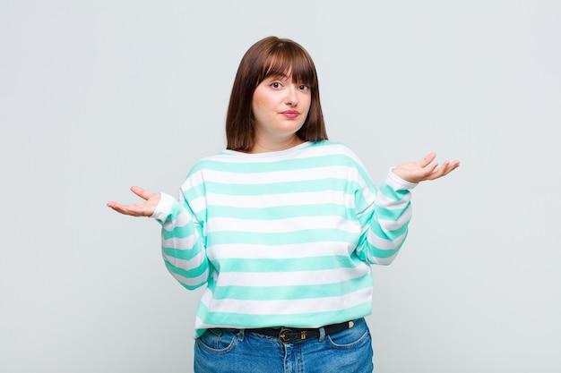Vrouw met overgewicht die zich verbaasd en verward voelt, onzeker is over het juiste antwoord of de juiste beslissing, probeert een keuze te maken