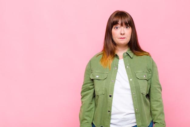 Vrouw met overgewicht die zich verdrietig en gestrest voelt, van streek is door een onaangename verrassing, met een negatieve, angstige blik
