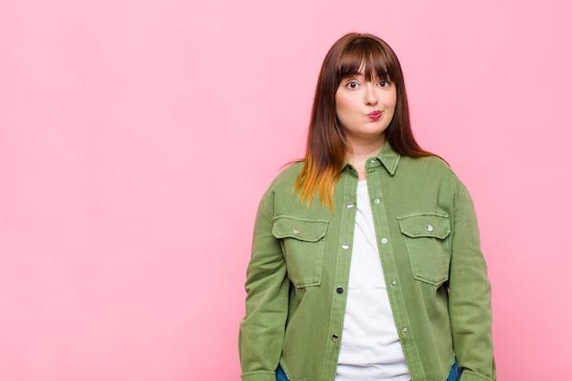 Vrouw met overgewicht die zich verward en twijfelachtig voelt, zich afvraagt of probeert te kiezen of een beslissing te nemen