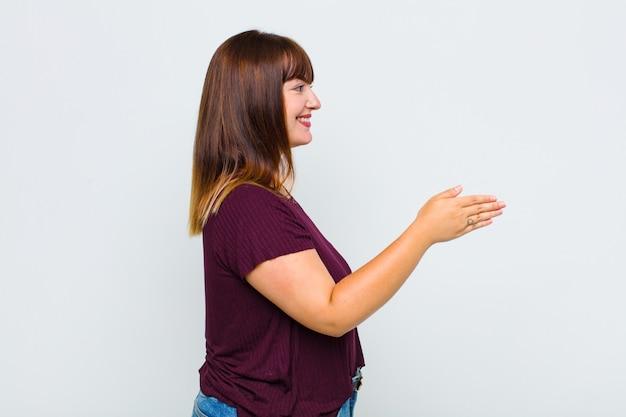 Vrouw met overgewicht glimlachend, groet u en biedt een handdruk om een succesvolle deal, samenwerkingsconcept te sluiten