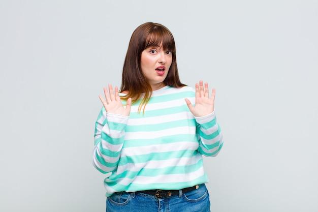 Vrouw met overgewicht ziet er nerveus, angstig en bezorgd uit, zegt niet mijn schuld of ik heb het niet gedaan
