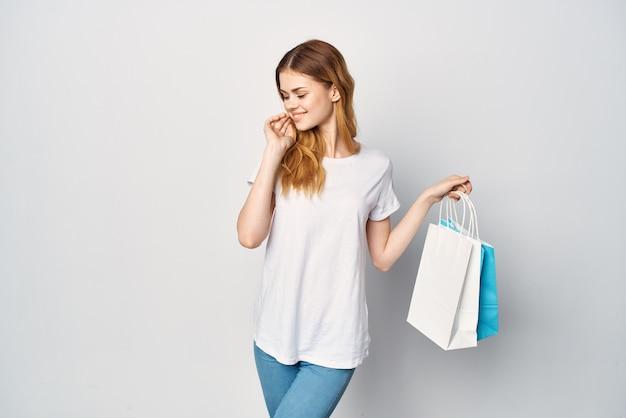 Vrouw met pakjes in handen winkelwandeling leuk shopaholic