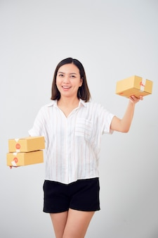 Vrouw met pakket pakket box