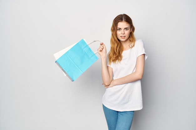 Vrouw met pakketten in handen winkelen entertainment leuke lichte achtergrond
