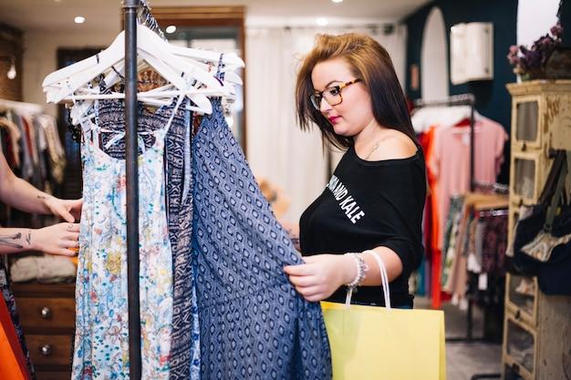 Vrouw met papieren tas kiezen jurk