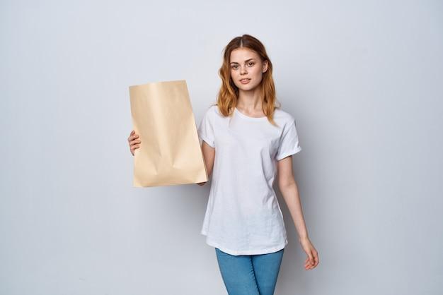 Vrouw met papieren zak in handen shopaholic fashion shopping