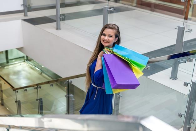 Vrouw met papieren zakken heeft boodschappen gedaan