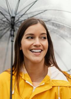 Vrouw met paraplu die zich in de regen bevindt
