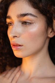 Vrouw met parels make-up