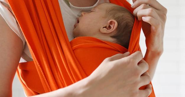 Vrouw met pasgeboren baby klampen zich vast