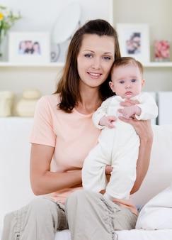 Vrouw met pasgeboren baby