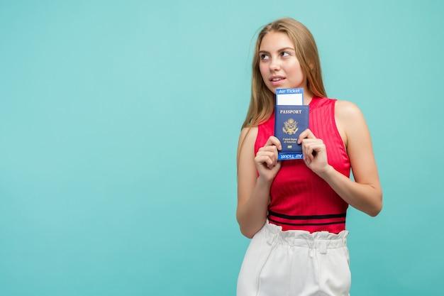 Vrouw met paspoort met kaartjes