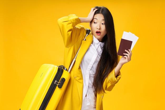 Vrouw met paspoort vliegtickets reiskoffer model