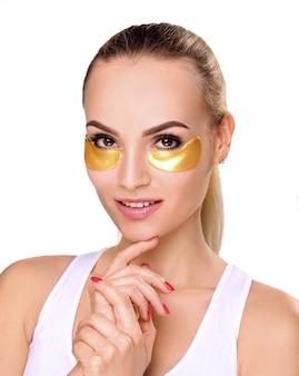 Vrouw met patches onder de ogen
