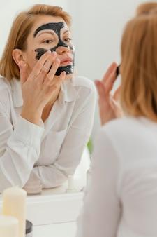 Vrouw met peeling gezichtsmasker