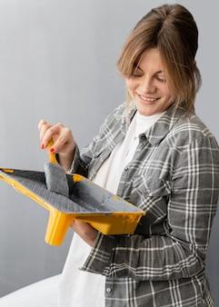 Vrouw met penseel en verf