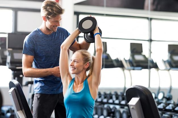 Vrouw met personal trainer