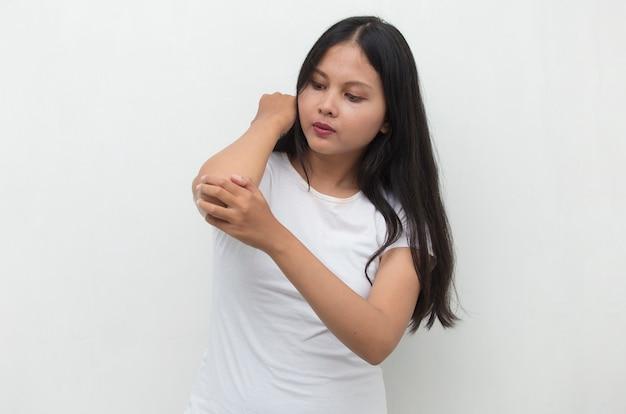 Vrouw met pijn in gewonde elleboog close-up