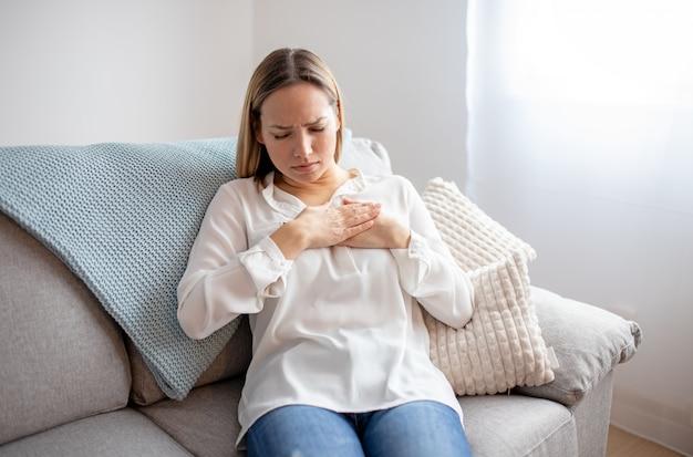 Vrouw met pijn op de borst